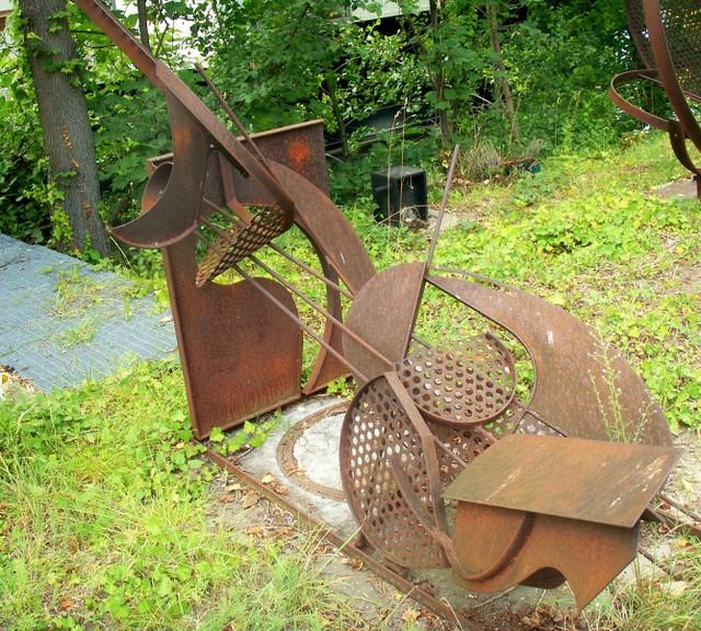 rusty_metal_sculpture_2.jpg